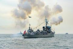 Gunning honnör för marinkrigsskepp på havet i internationell hastig granskning Royaltyfri Bild