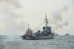 Gunning honnör för marinkrigsskepp på havet i internationell hastig granskning Royaltyfria Foton