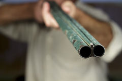Gunpoint van dubbel-barreled jachtgeweer, richtend aan camera Royalty-vrije Stock Foto's