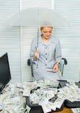Gunstig voorwaardenconcept Vrouwen bedrijfsdame of accountant onder paraplu Rijkdom en winst Financiële success royalty-vrije stock afbeelding