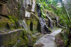 Gunung Kawi Старое высекаенное в каменном виске с королевскими усыпальницами bali Индонесия ПАНОРАМА, длинный формат стоковые изображения