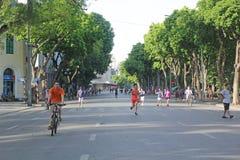 Guom See, Hanoi, Vietnam - Juli 05,2019: Leute tun Übung, um Gesundheit morgens zu verbessern stockfoto