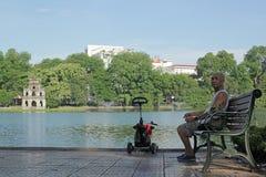 Guom See, Hanoi, Vietnam - Juli 05,2019: Sitzt alte Männer auf der Bank und der entspannenden Frischluft morgens stockfotos