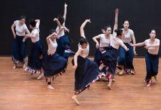 Guozhuang 10-Chinese Tibetaanse Dans - het Onderwijsrepetitie op het niveau van de dansafdeling stock foto's