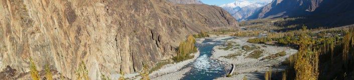 Gupis sjö i den Ghizer dalen, Pakistan Royaltyfria Bilder