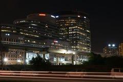 Gurgaon Indien: Augusti 15th, 2015: Berömt DLF-kontorskomplex i Gurgaon under natttimmar Royaltyfri Foto
