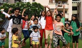 Gurgaon Indien: Augusti 15th, 2015: Ungdom av Indien som firar och har gyckel på den 69th självständighetsdagen av Indien Arkivbild