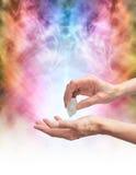 Guérisseur en cristal sentant l'énergie avec le quartz terminé Photos stock