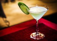 Gurka- och limefruktmartini dricker den blandade coctailen exponeringsglas Arkivbilder