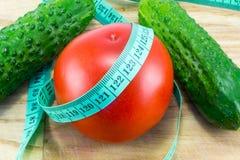 Gurka och tomat med att mäta Royaltyfri Foto