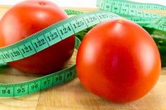 Gurka och tomat med att mäta Arkivfoton