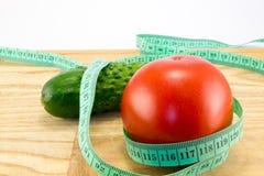Gurka och tomat med att mäta Royaltyfria Foton