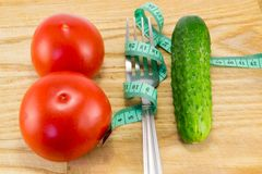 Gurka och tomat med att mäta Royaltyfri Bild