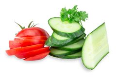 Gurka- och tomatskivor på white Royaltyfria Bilder
