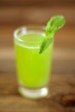 Gurkafruktsaft med mintkaramellsidor Arkivfoton