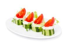 Gurkatuggor med kräm- Herb Cheese och Cherry Tomatoes Arkivfoto
