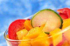Gurke auf Mangofrucht und rotem Grünem Pfeffer Lizenzfreies Stockfoto