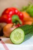Gurke und Gemüse auf weißer Tabelle stockbild
