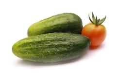 Gurke und Tomate auf einem weißen Hintergrund Stockbilder
