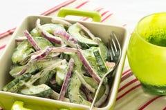 Gurken-und rote Zwiebel-Salat Lizenzfreie Stockbilder