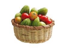 Gurken und Tomaten in einem Korb Lizenzfreie Stockbilder