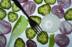 Gurken und Zwiebeln mit einer Gabel und einem Glas Lizenzfreie Stockbilder