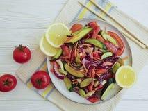 Gurkensalat gesund, Tomaten, frische Zitrone der Stöcke auf einem weißen hölzernen Hintergrund Lizenzfreie Stockbilder