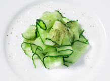 Gurkensalat mit Kräutern Stockfotografie