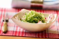 Gurkensalat mit Rettich in der tiefen Salatschüssel Stockfotografie