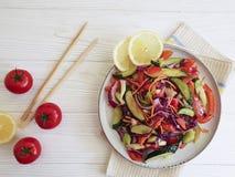 Gurkensalatgesunder Gemüsenahrungsvegetarier, Tomaten, frische Zitrone der Stöcke auf einem weißen hölzernen Hintergrund Lizenzfreies Stockfoto