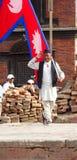 Gurkh che posa con la bandiera nepalese Fotografia Stock Libera da Diritti