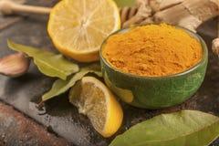 Gurkmeja, citron och lager arkivfoton