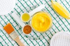 Gurkmeja- och grekyoghurtgr?ddfil eller ansikts- maskering f?r kefir med citronen och olivolja Hemlagat sk?nhetbehandlingrecept fotografering för bildbyråer