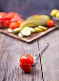 Gurkor och salt tabell för tomater Arkivfoto