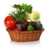 Gurkor, tomater, röda lökar, peppar och gräsplaner arkivfoton