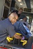 gurneyperson med paramedicinsk utbildningtålmodig som förbereder sig att lasta av Arkivbild
