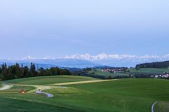 Gurten kulle med sikt av schweiziska fjällängar, Schweiz arkivfoto