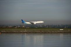 Guruda-Flug von Indonesien kommt Kingsford-Smith-Flughafen an sydney lizenzfreie stockbilder