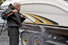 Guscio della barca di lavaggio di pressione dell'uomo fotografia stock libera da diritti