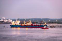 Guscio, Inghilterra - 4 maggio 2018: Passando dall'orizzonte industriale vicino al guscio - Regno Unito fotografia stock libera da diritti