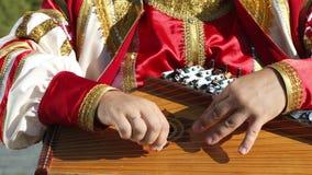 Gusli folk musikaliskt ryskt instrument i händer för man` s stock video