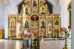 Guss mit einer Kanzel, einem Iconostasis und Altar der russischen orthodoxen Kathedralenhalle Stockfoto