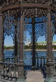 Gusseisen Gazebo auf dem Damm des Isetsky-Teichs in Jekaterinburg in der Swerdlowsk-Region lizenzfreies stockbild