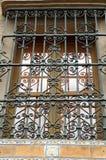 Gusseisengrill auf dem Fenster in der spanischen Stadt von Sevilla Lizenzfreies Stockfoto