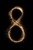 Gusswunderkerze Nr. acht des neuen Jahres auf schwarzem Hintergrund Stockbild