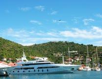 Gustavia hamn med mega yachter på St Barts Royaltyfri Bild