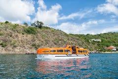 Gustavia, stbarts - 25 de novembro de 2015: curso do navio no mar azul ao longo do litoral Transporte e embarcação da água Viajan Fotografia de Stock Royalty Free