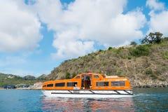 Gustavia, stbarts - 25 de novembro de 2015: viajando no mar, curso do navio do desejo por viajar no mar azul ao longo do litoral  Imagens de Stock