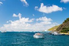 Gustavia, stbarts - 25 Januari, 2016: de reis van de motorboot in overzees op bewolkte blauwe hemel Het reizen op boot Watervervo Stock Foto