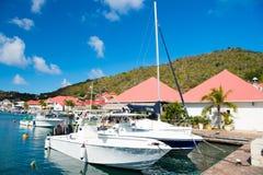 Gustavia stbarts - Januari 25, 2016: segelbåtar och yachter ankrade på havspir på den tropiska stranden Segling och segling Lyx t Royaltyfri Fotografi